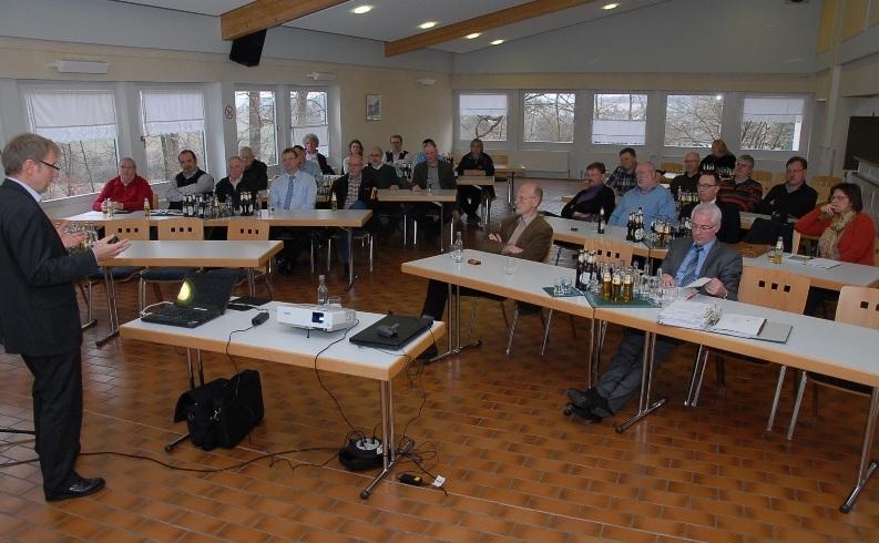 Bürgermeister Volker Mendel (vorne rechts) hatte Peter Müller (links) von der Maxwäll Energie Genossenschaft zu einem Fachvortrag über erneuerbare Energien eingeladen. Foto: Holger Kern