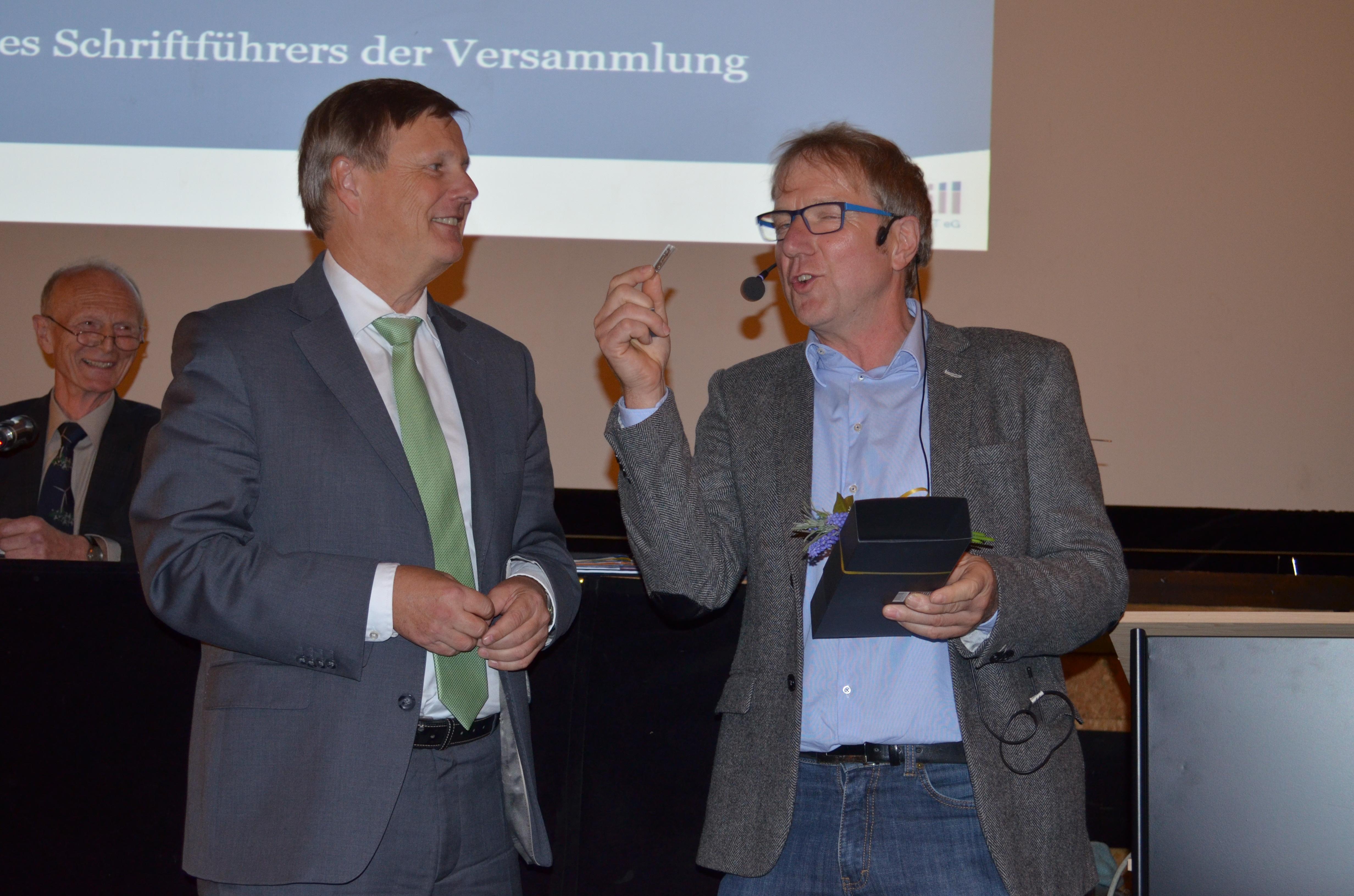 ursprünglich für Ministerin Lemke gedacht bedankte sich peter Müller im Namen der Maxwäll-Energie für den Besuch und schenkte Dr. Kleemann als Gedächtnisstütze eine Schreibtischwindrat